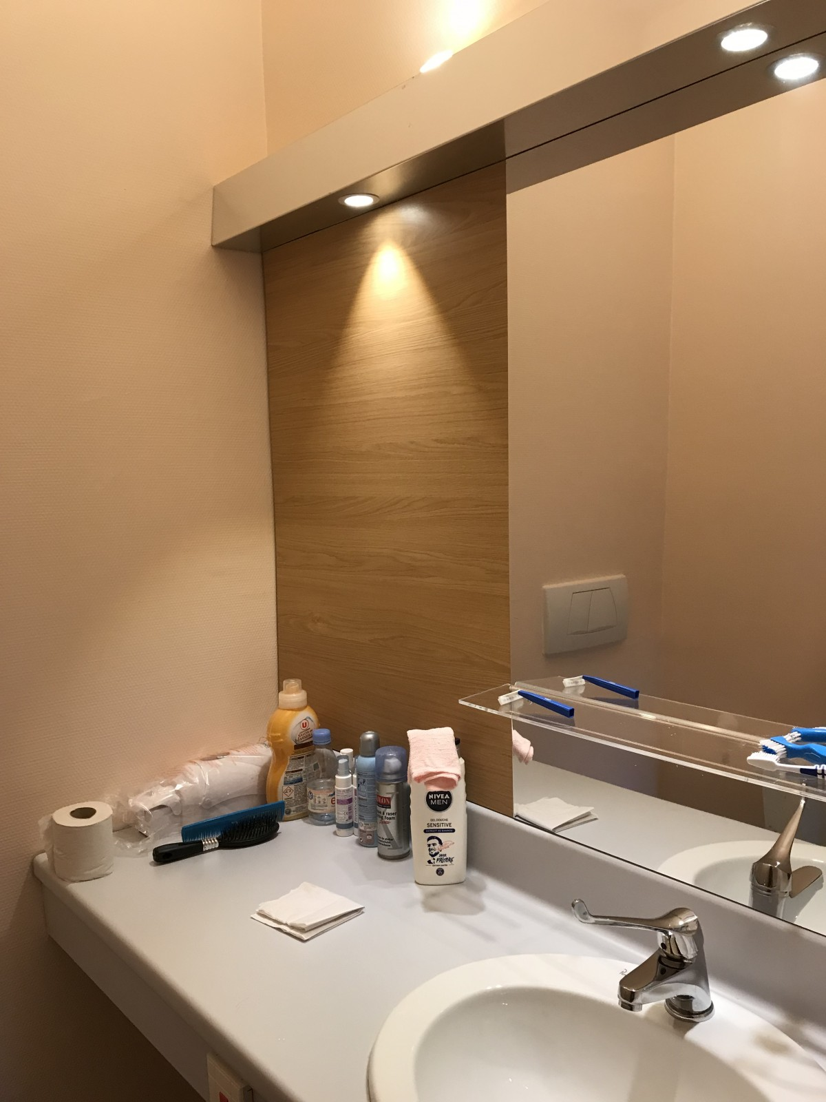 Miroir de salle de bain en aluminium pour une maison de - Salle de bain maison de retraite ...