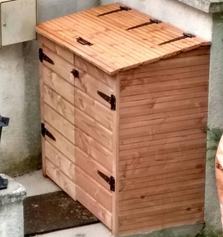 Un bac à poubelle fait maison.