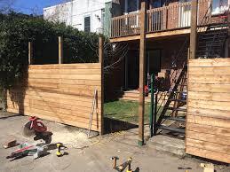 Comment bricoler une clôture de panneau bois ?