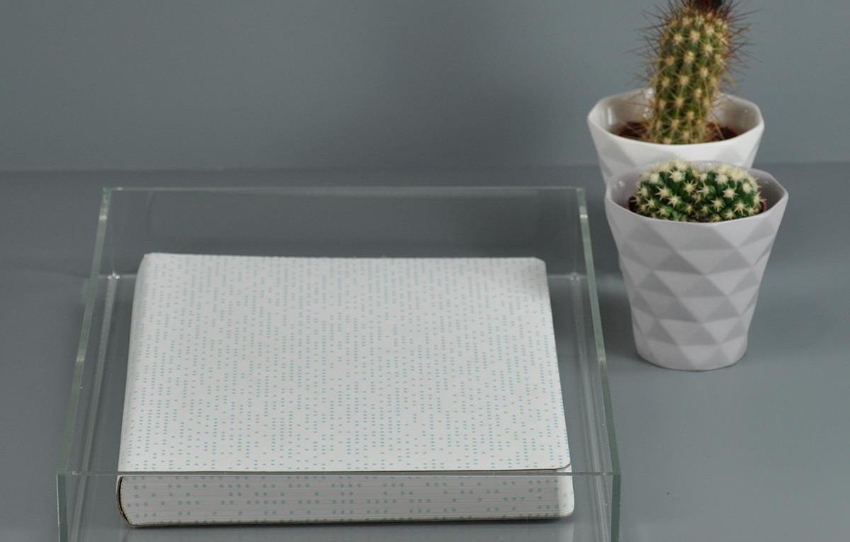 Se bricoler un plateau en acrylique pour participer à l'aération d'une pièce